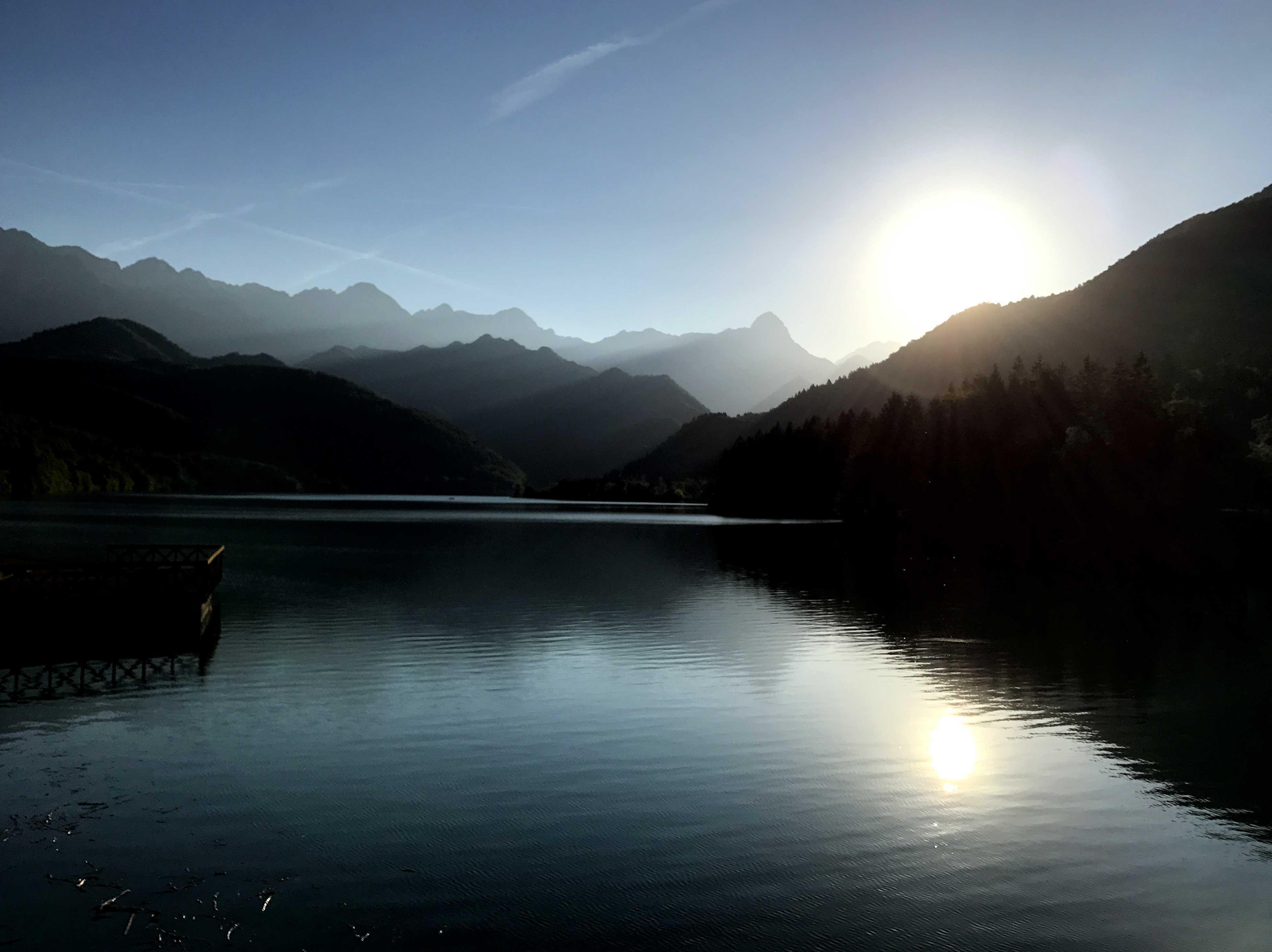 Barcis See mit Wald und Bergen