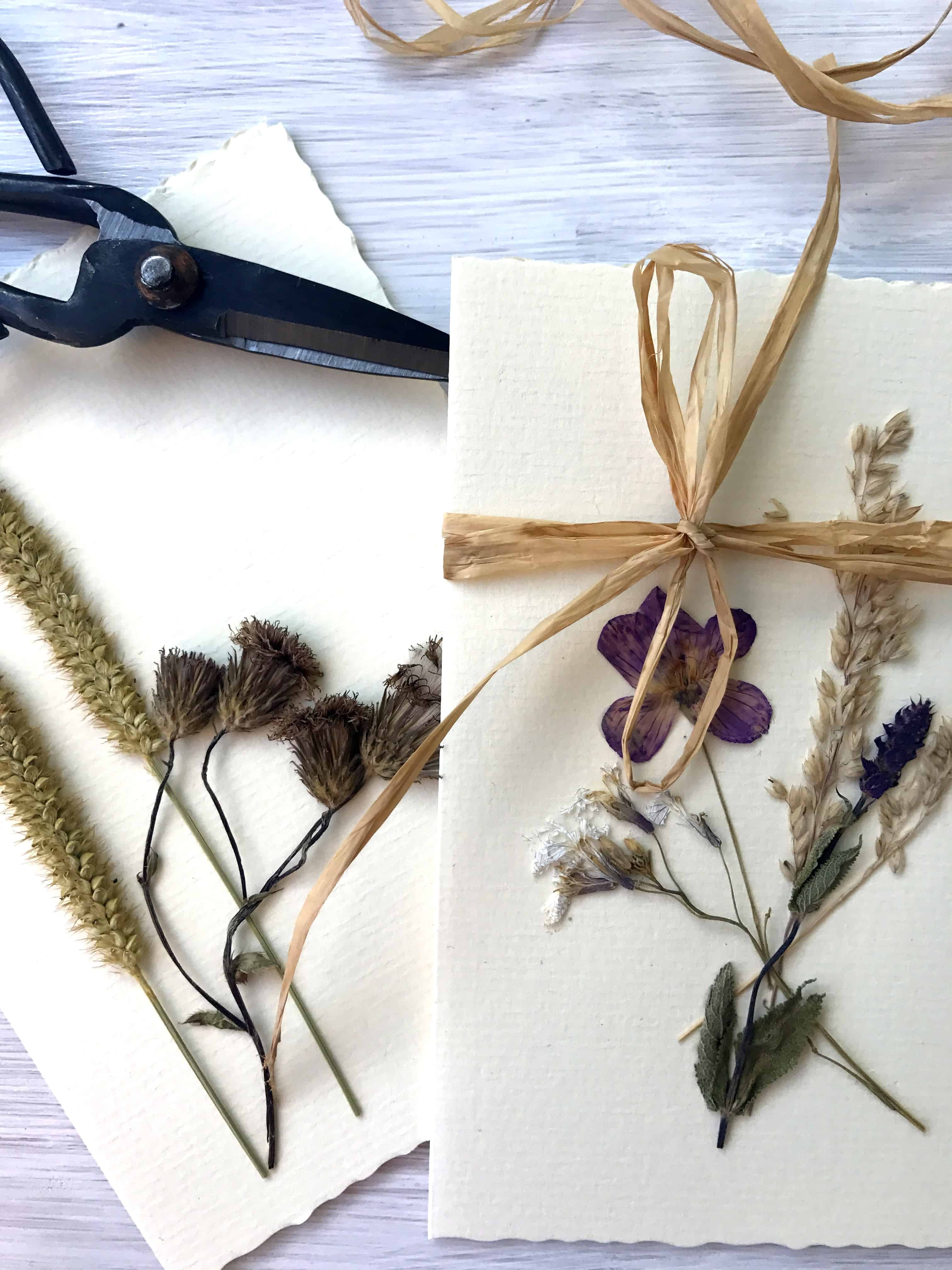 Klappkarte mit Blumen und Schleifen Fotocredit: theocherfox.com