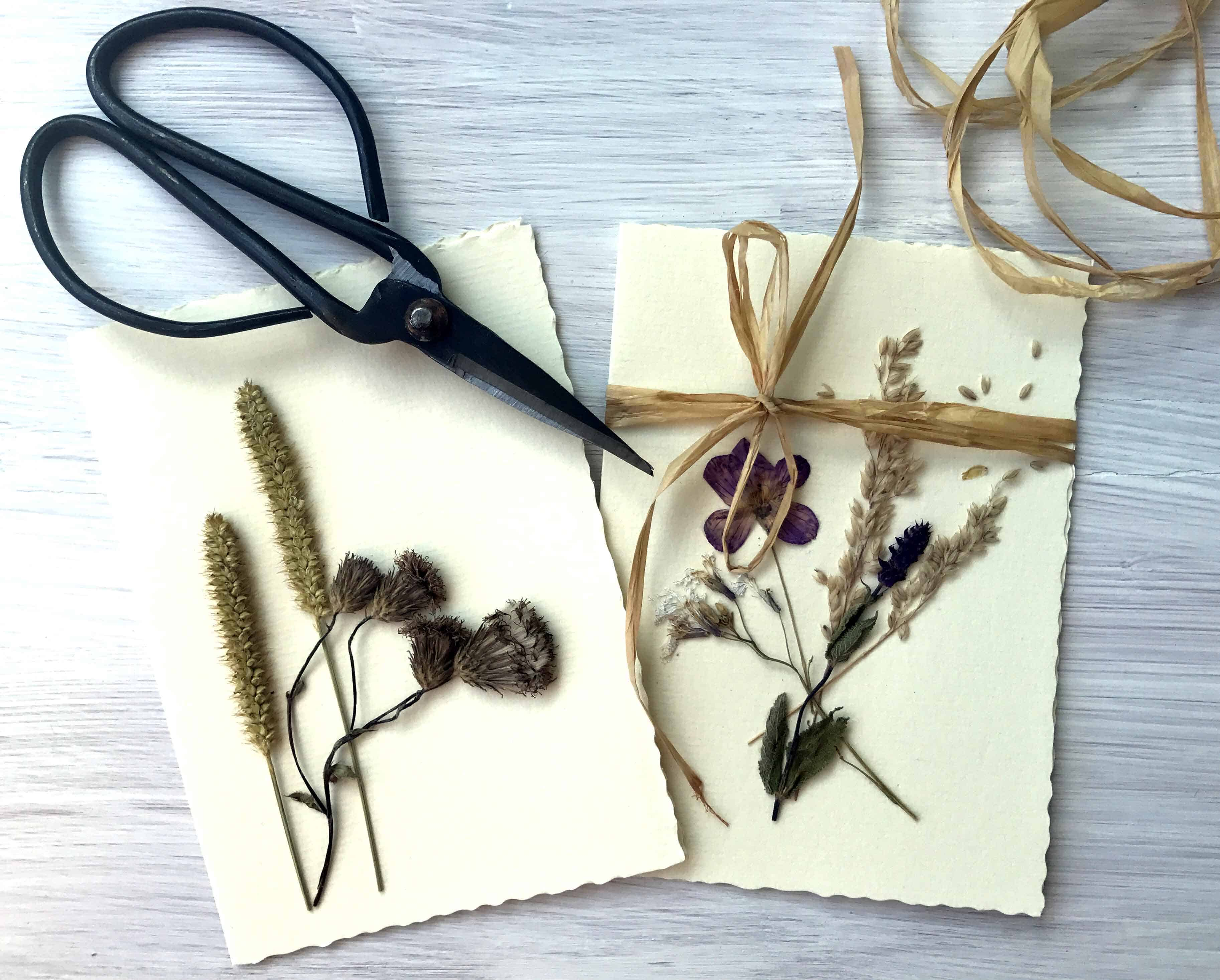 Fertige Grußkarte mit getrockneten Blumen