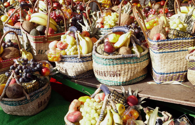 Obst in Basttaschen