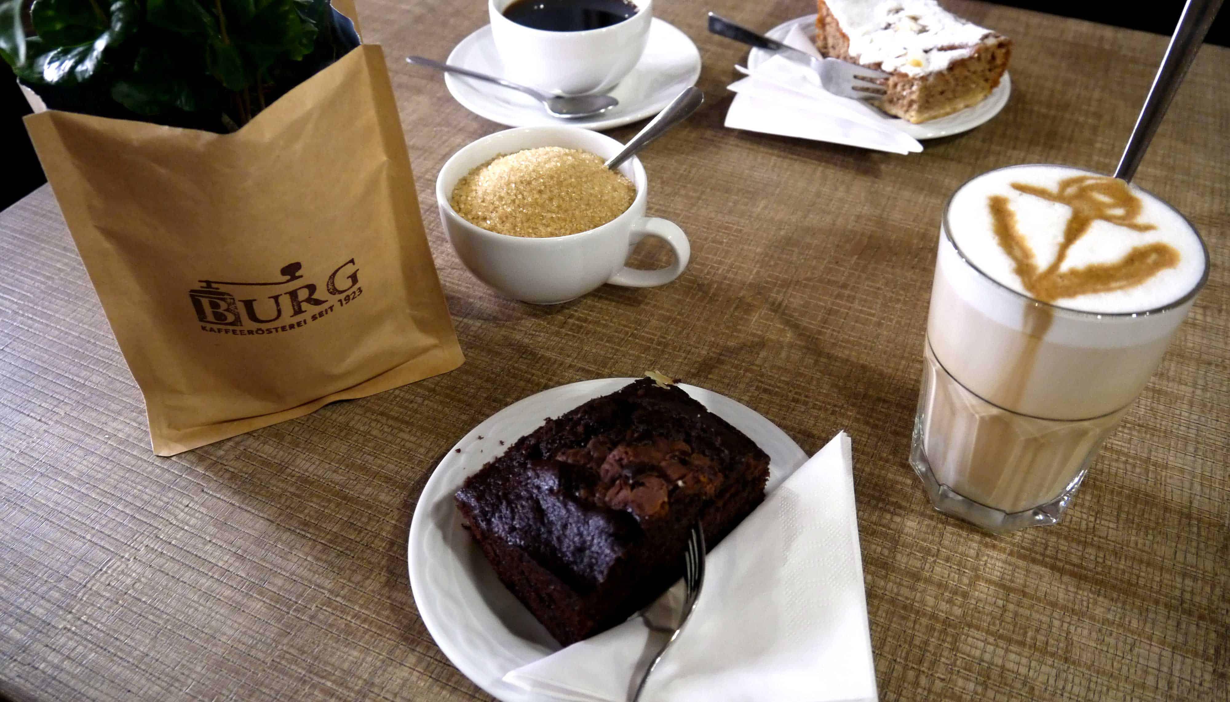 Kaffeepflanze, Kuchen, Glas mit Kaffee