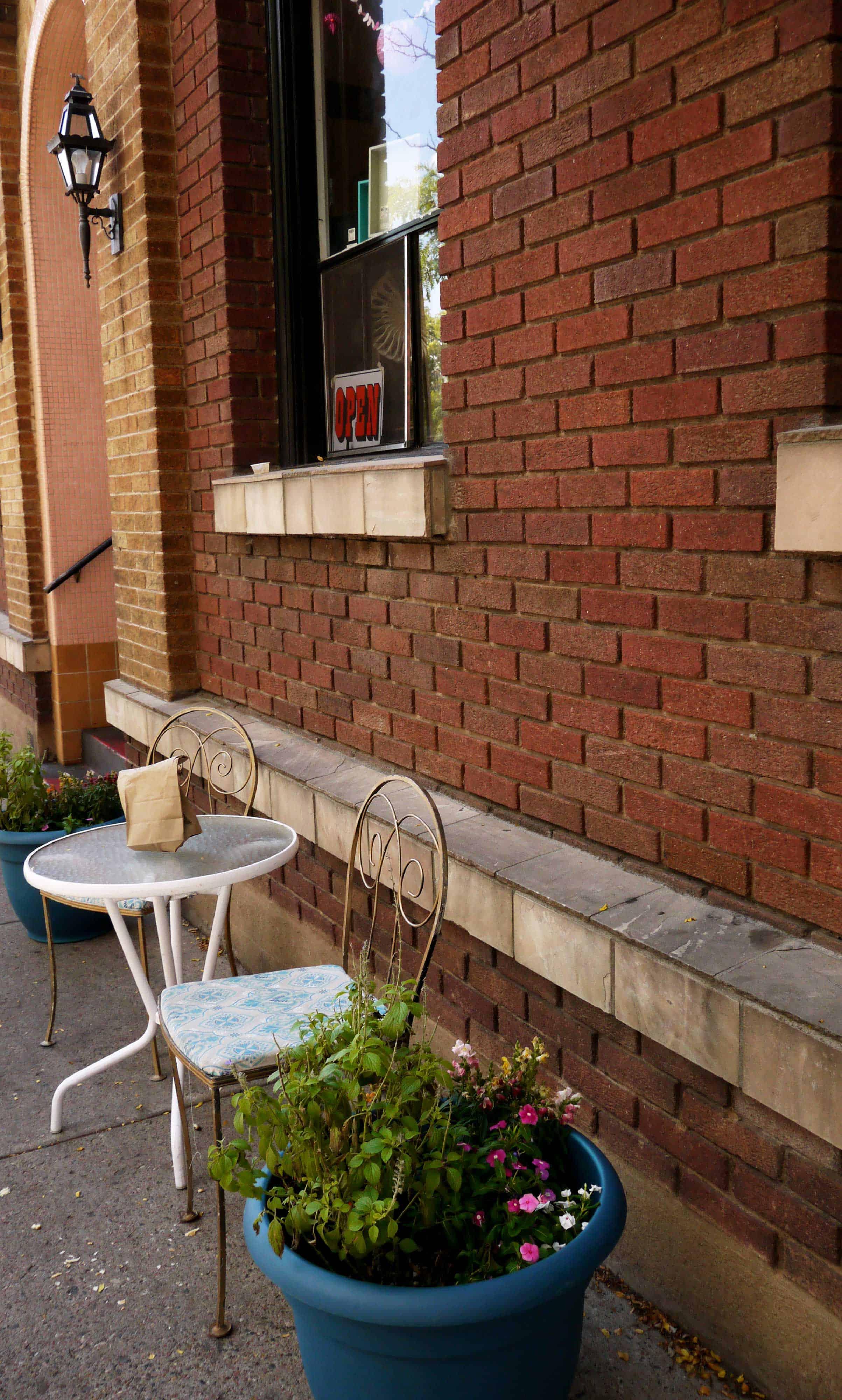 Stühle und Tisch vor Bäckerei
