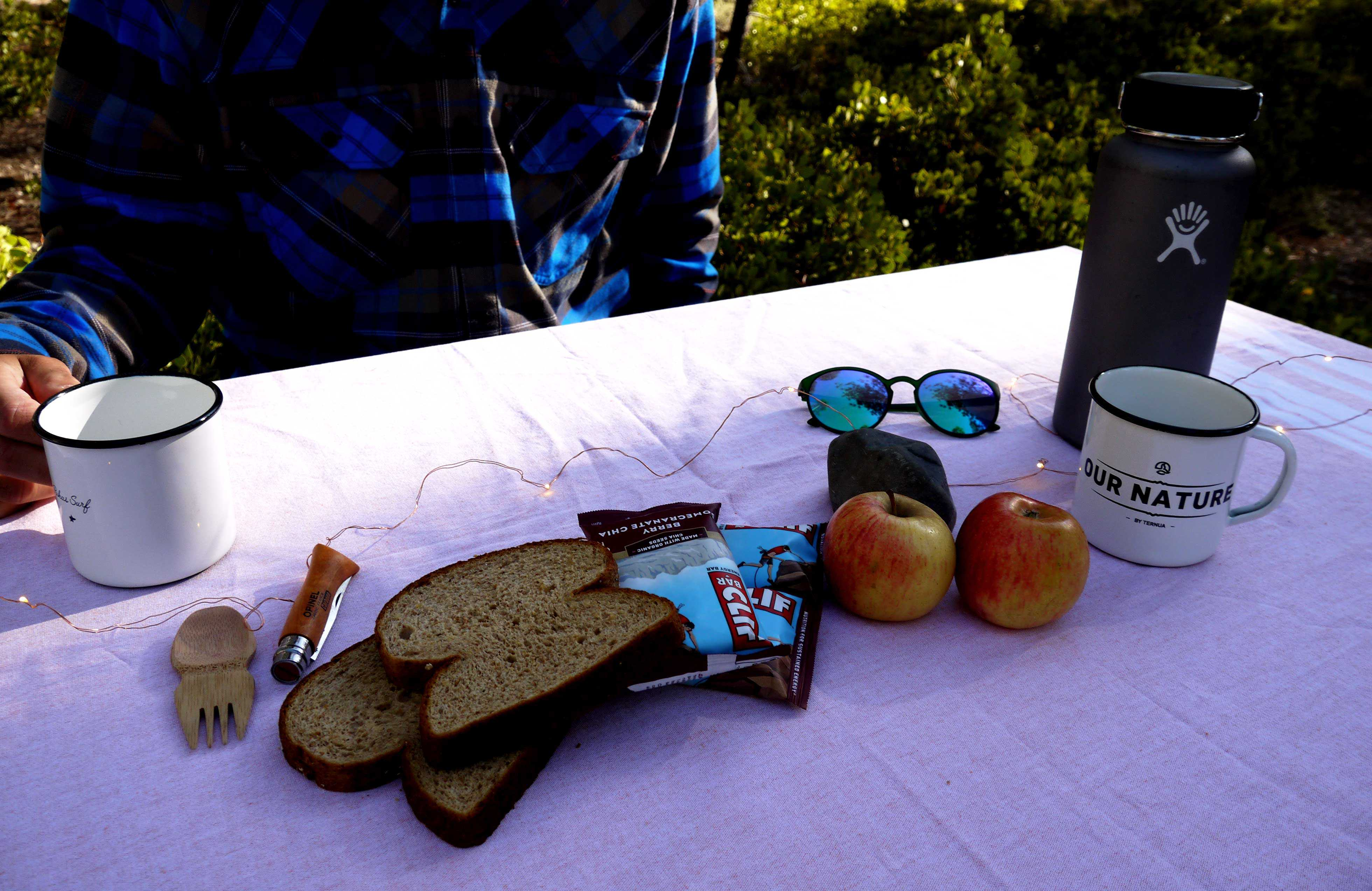 Brot und Äpfel auf Tisch