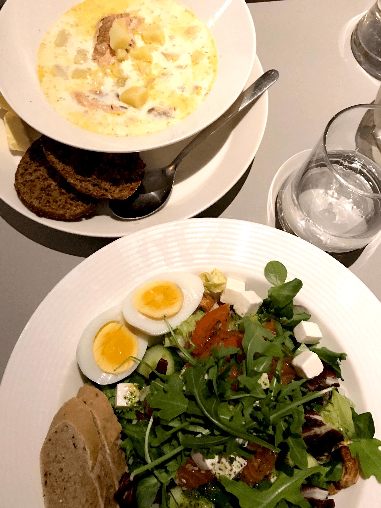 Teller mit Salat und Suppe