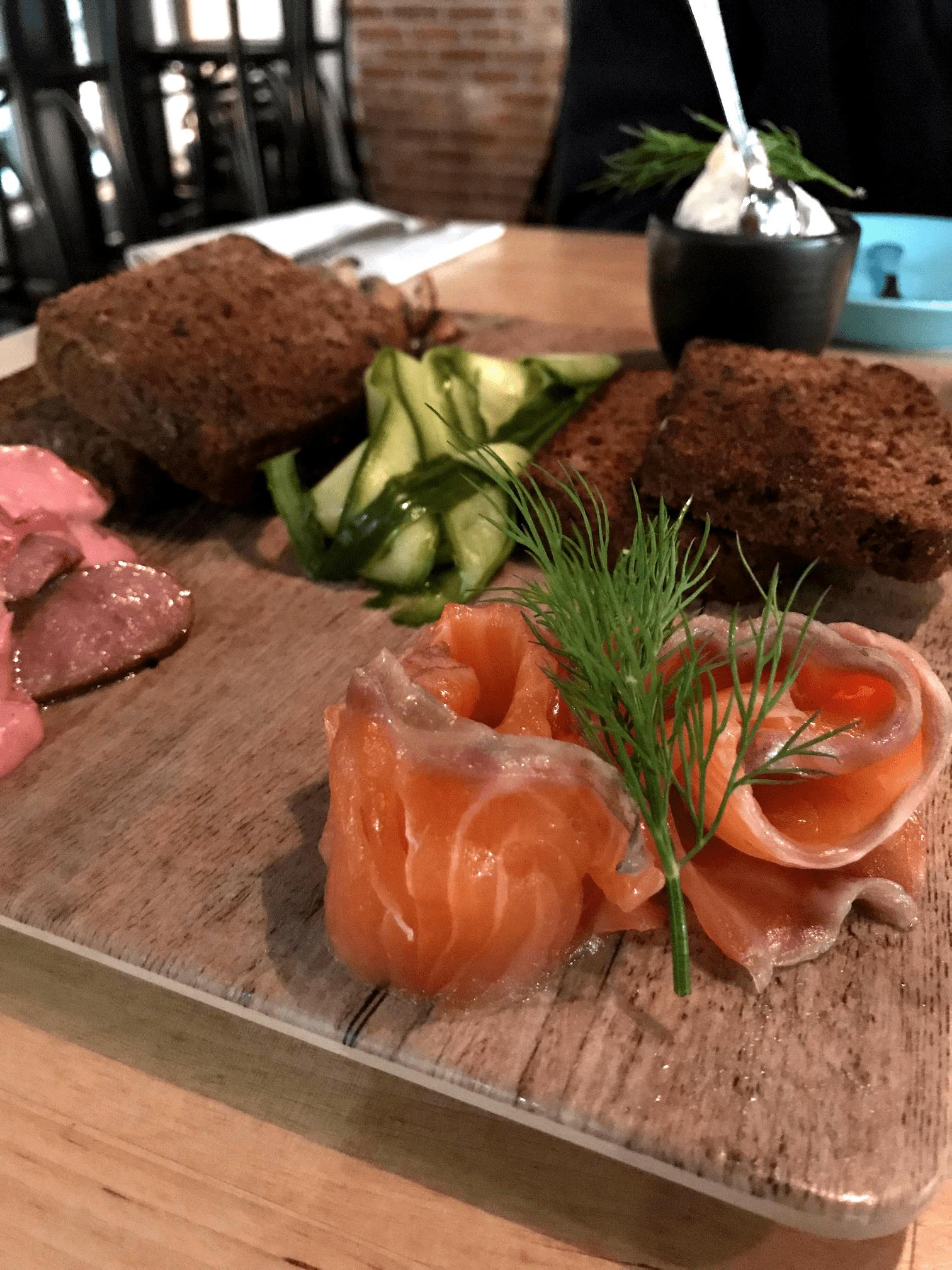 Fisch und Brot auf Holzplatte